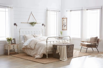 Classic and vintage farmhouse bedroom ideas 36