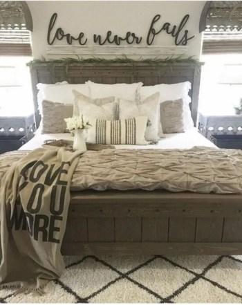 Cozy farmhouse master bedroom decorating ideas 29
