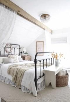 Cozy farmhouse master bedroom decorating ideas 34