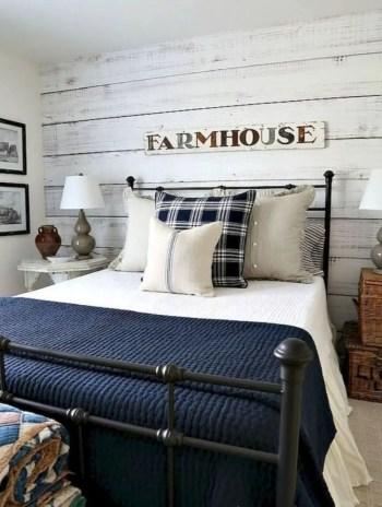 Cozy farmhouse master bedroom decorating ideas 35