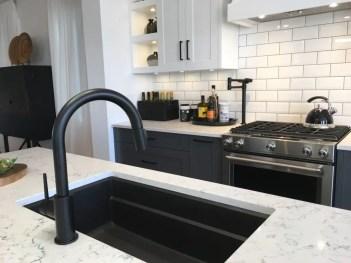 Striking-modern-black-and-white-kitchen_t20_rzxpoj