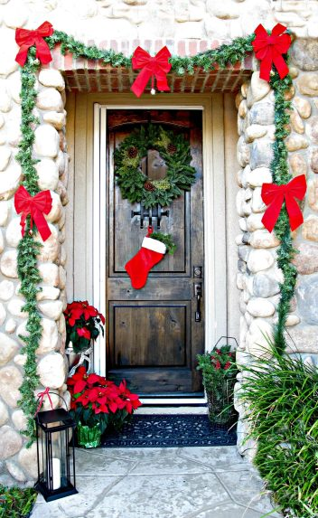 01-gift-wrapped-with-garland-christmas-door-decor-homebnc