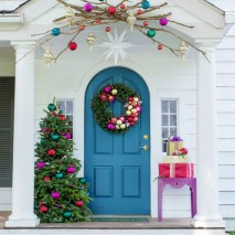 Easy christmas decor ideas for your door 06
