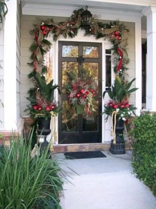Easy christmas decor ideas for your door 14
