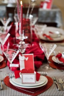 Dining table decor for dinner with a partner on valentine's day 08