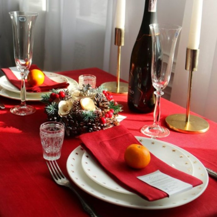 Dining table decor for dinner with a partner on valentine's day 18