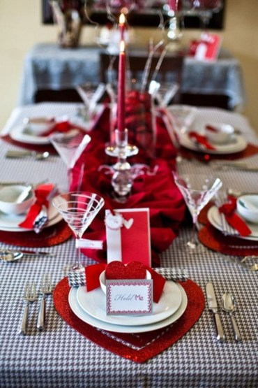 Dining table decor for dinner with a partner on valentine's day 20