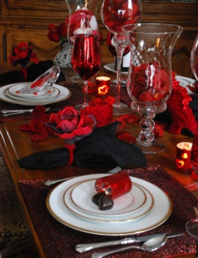 Dining table decor for dinner with a partner on valentine's day 23
