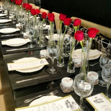 Dining table decor for dinner with a partner on valentine's day 31
