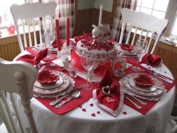 Dining table decor for dinner with a partner on valentine's day 34