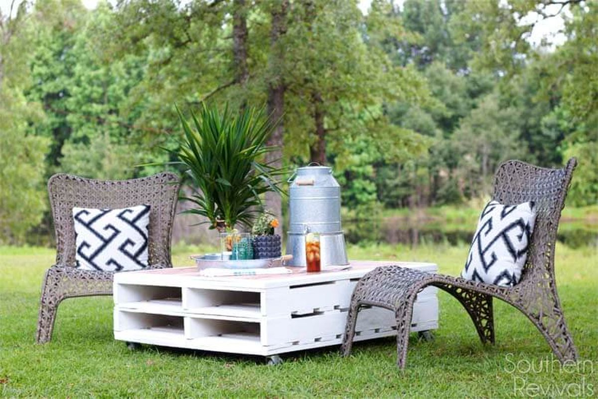 Diy coffee table pallet with rattan chairs to add your backyard furniture