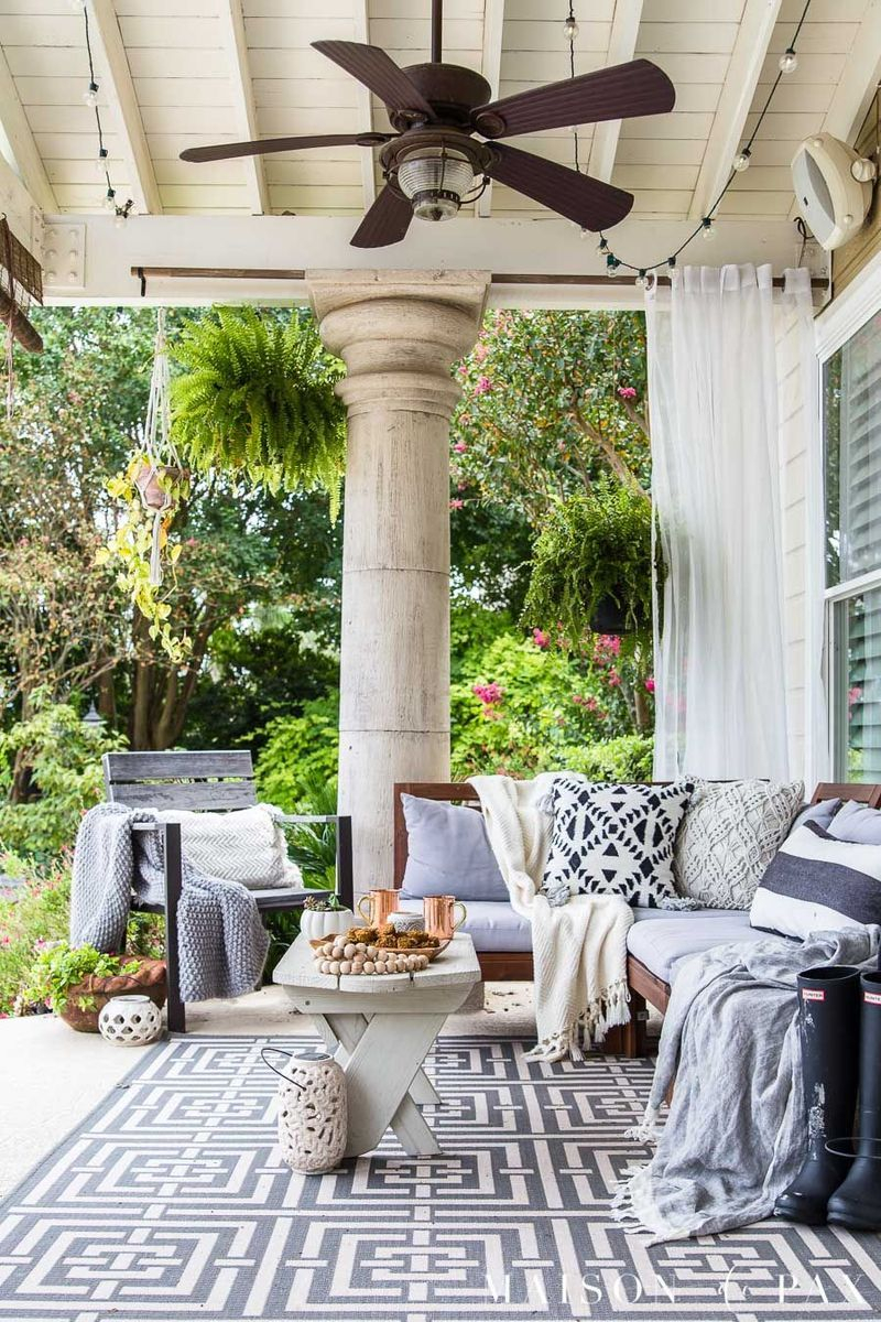 Cozy porch decoration ideas to match any home styles this fall 38
