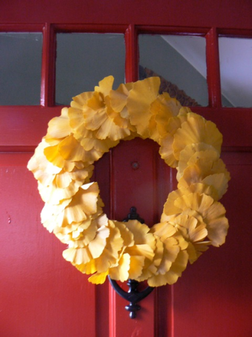 Stunning dry leaves wreaths with yellow color which make guests happy