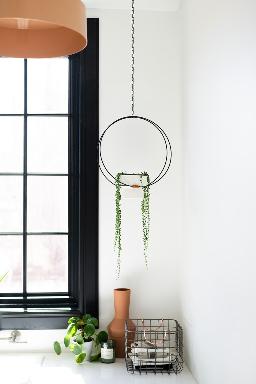 An awesome hanging succulent ideas with square white pot to look modern