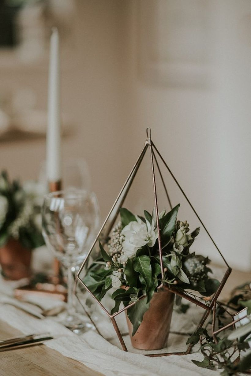Stylish industrial geometric wedding decoration with modern copper terrariums and organic floral you must try