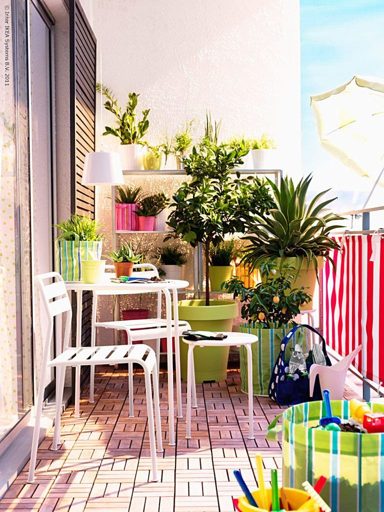 White table and chairs to complete your small balcony