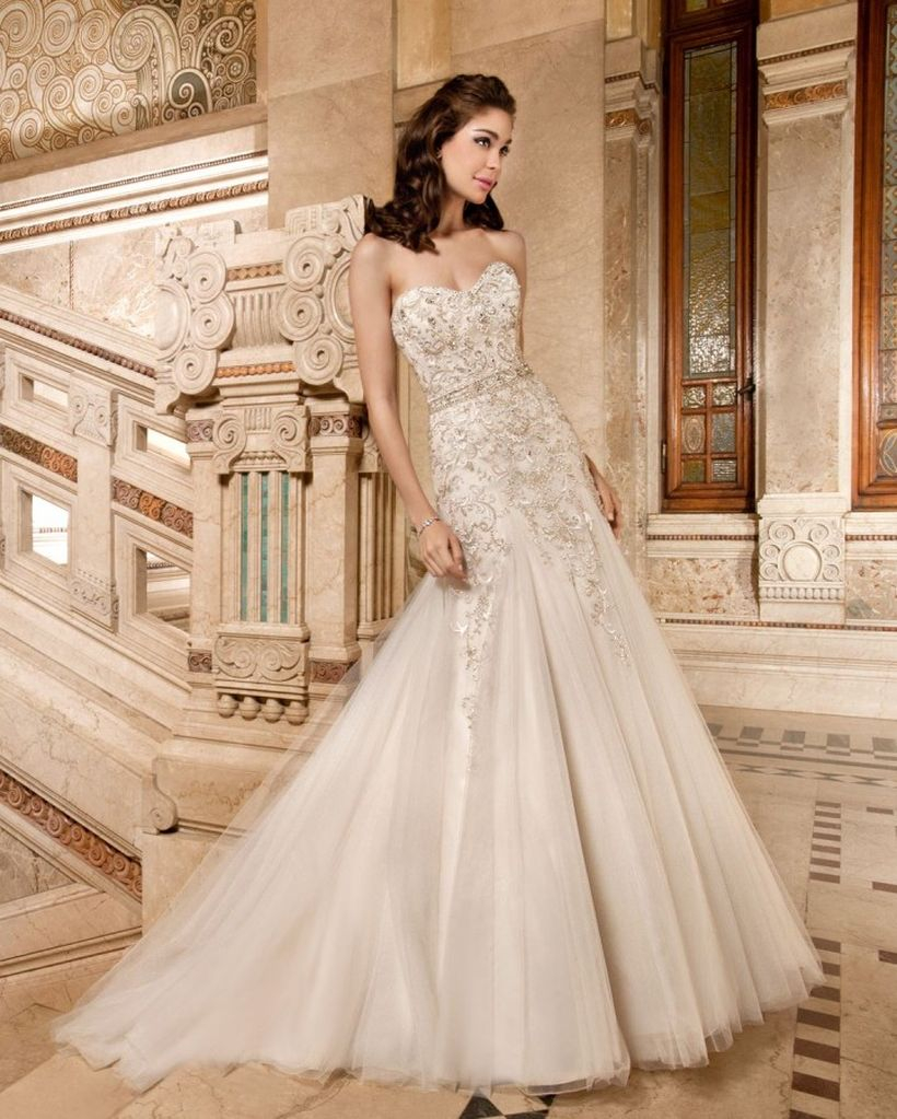 An elegant dress without arms for you to wear during a fancy wedding
