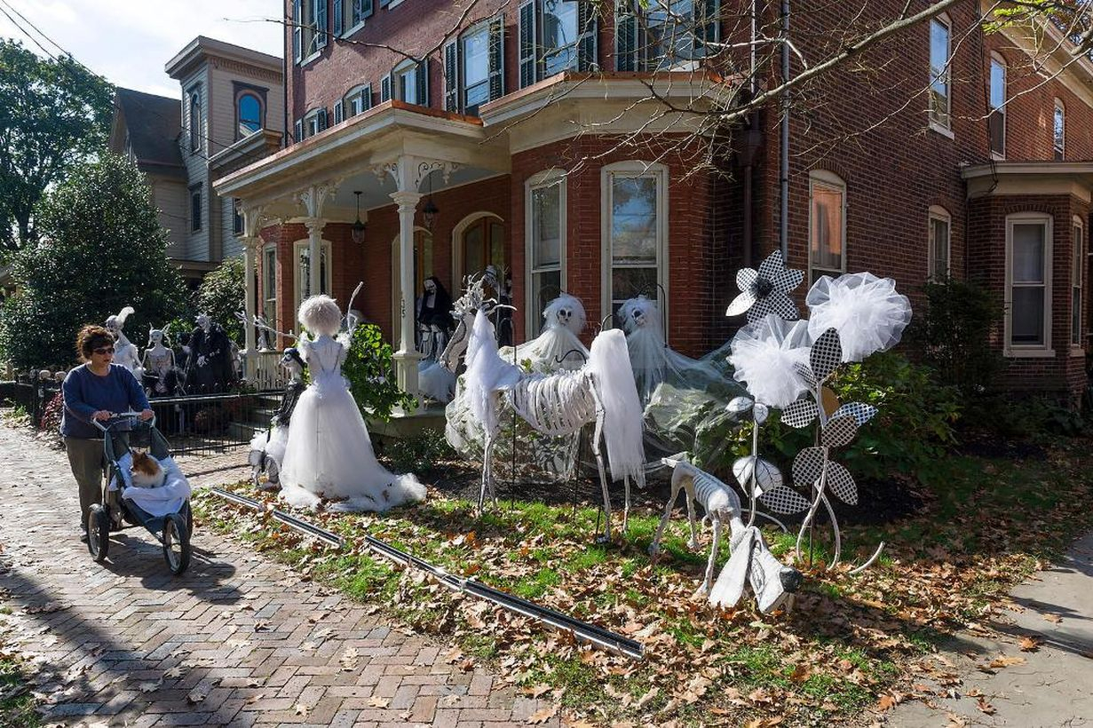 Diy unique outdoor halloween decoration with all in white colour