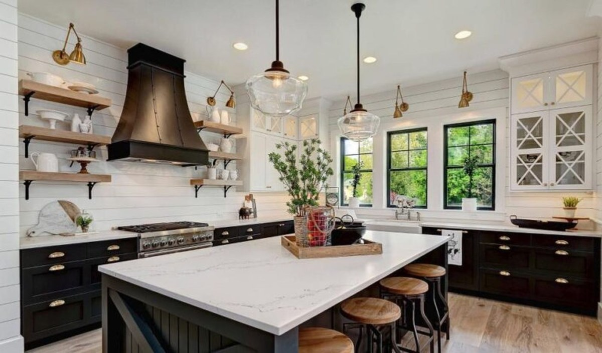 Gergoush kitchen with iland table, black cabinet, white wooden walls and round hanging lamps