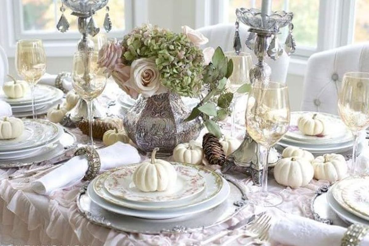 White-pumpkin-and-harvest-thanksgiving-table.-