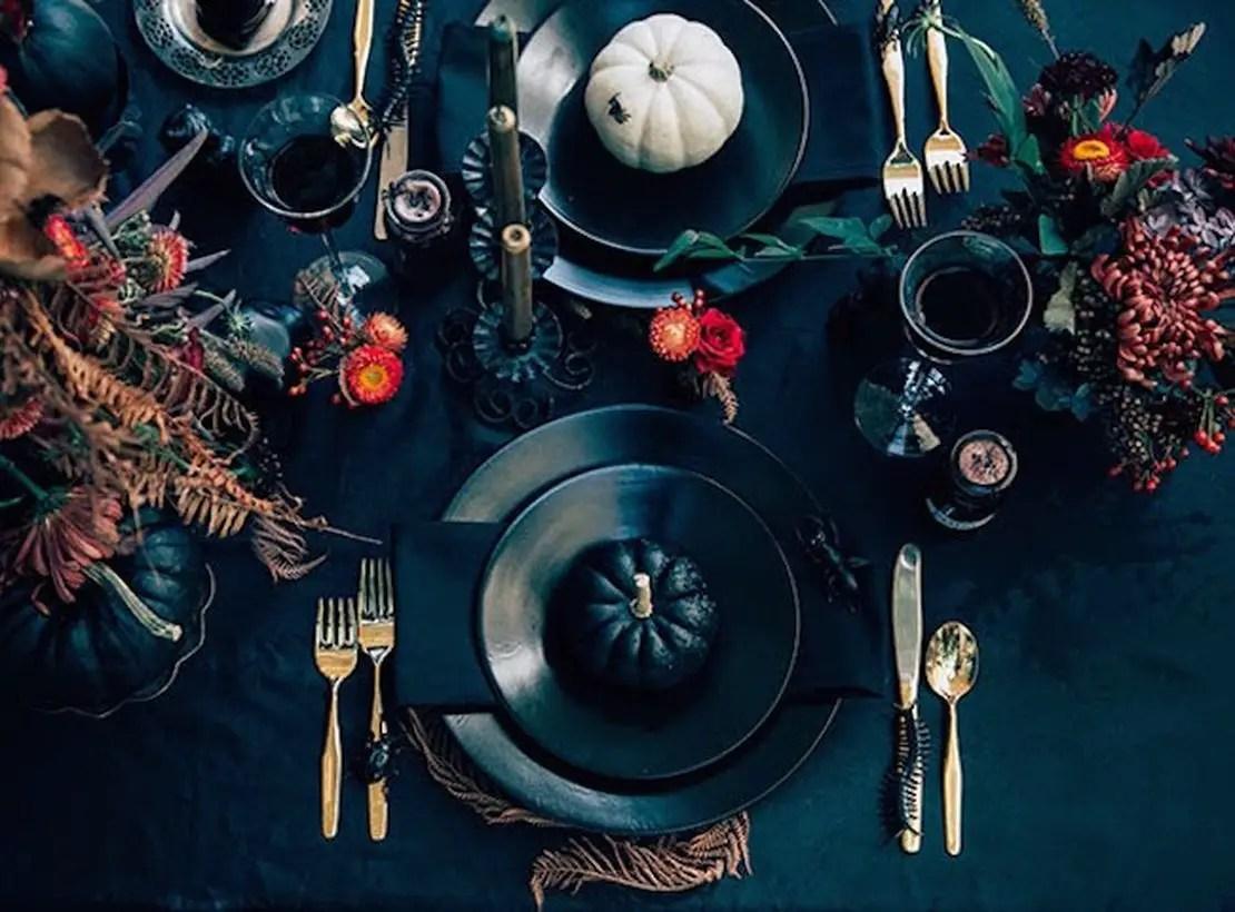 Arrangement centerpiece with black pumpkin