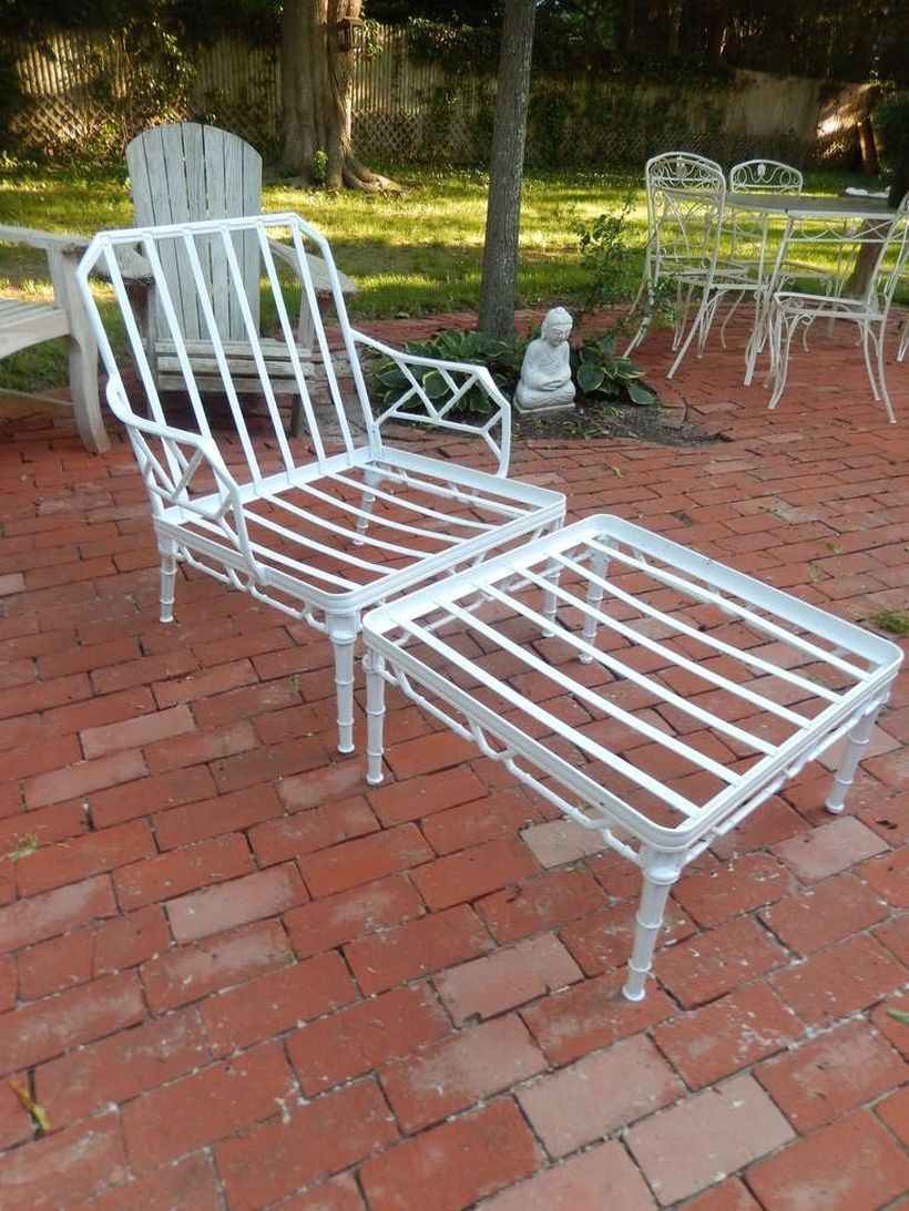 Simple-vintage-outdoor-furniture-with-white-iron-chair-and-table-that-are-a-must-have-for-your-backyard
