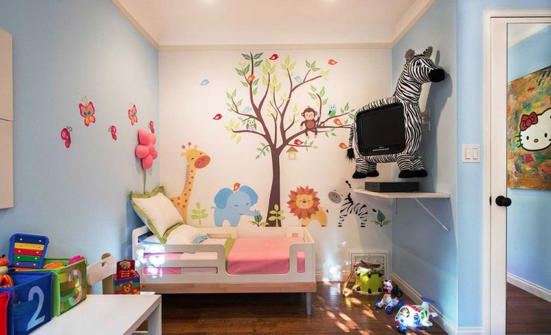 Blue-wall-mural-and-cartoon-style-for-kids-room.
