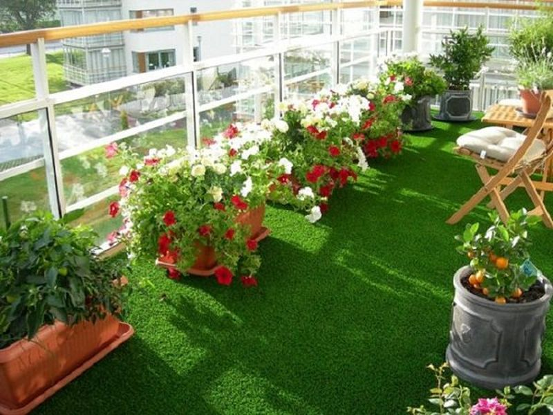 A-simple-floor-and-rug-on-it-use-artificial-green-carpet-or-turf-rug-imitating-the-lawn.-you-can-also-use-wooden-tiles-for-a-better-look-this-will-give-a-beautiful-look-to-your-balcony.