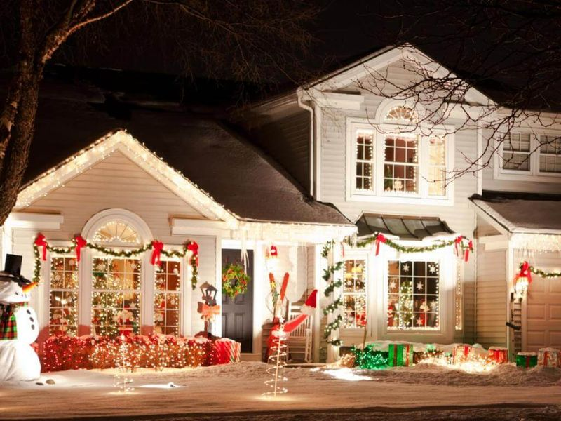 Traditional-christmas-decorations-and-colors-for-front-yard.