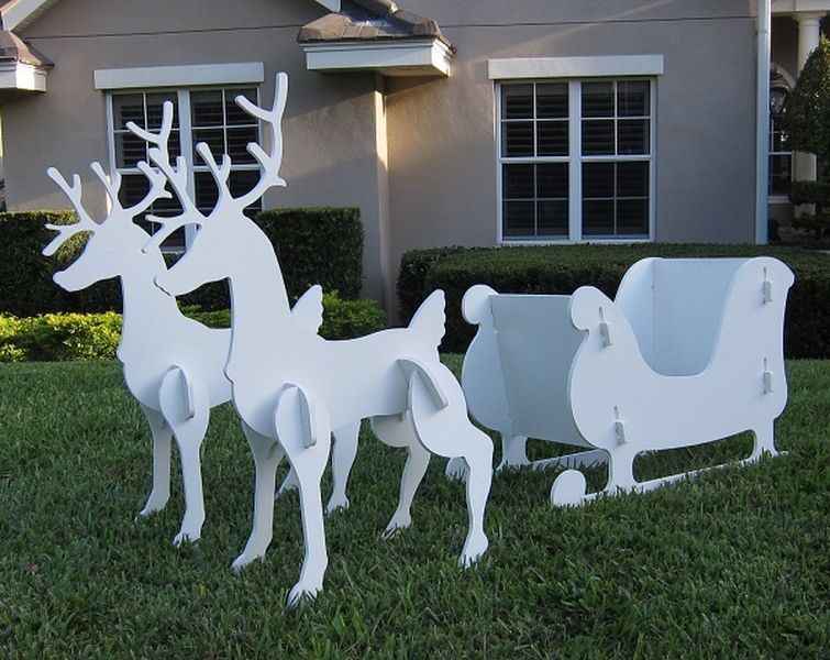While-the-white-sleigh-looks-very-cute-for-front-yard