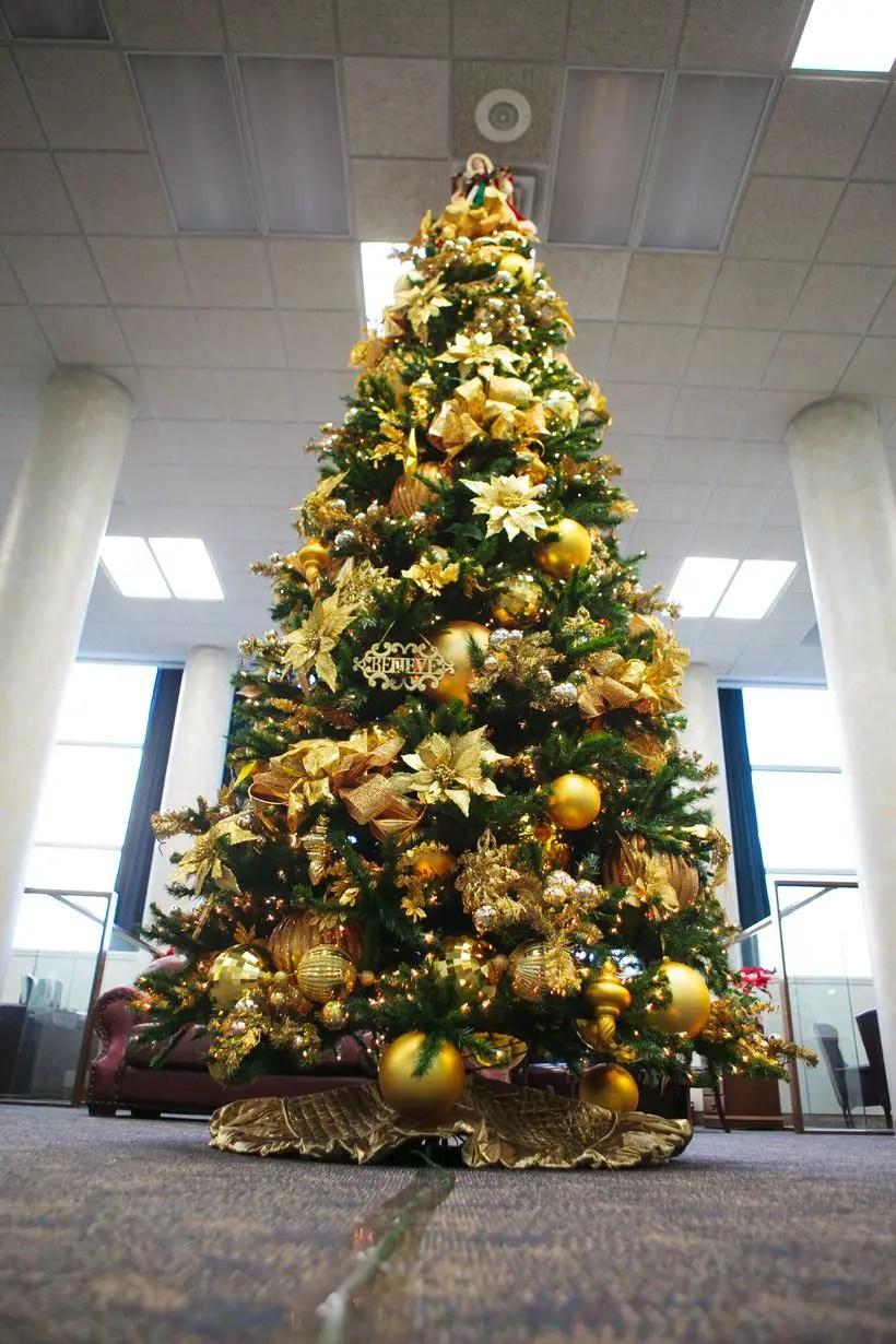 Gold-christmas-tree-decorating-idea