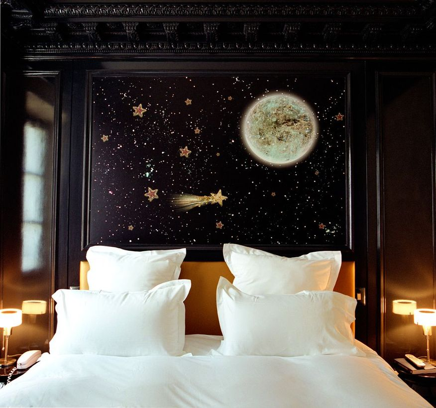 Gold-stars-for-a-black-bedroom-decor