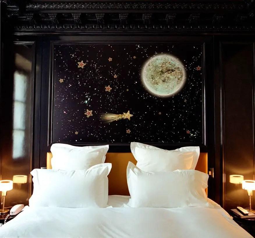 Gold-stars-for-a-black-bedroom-decor