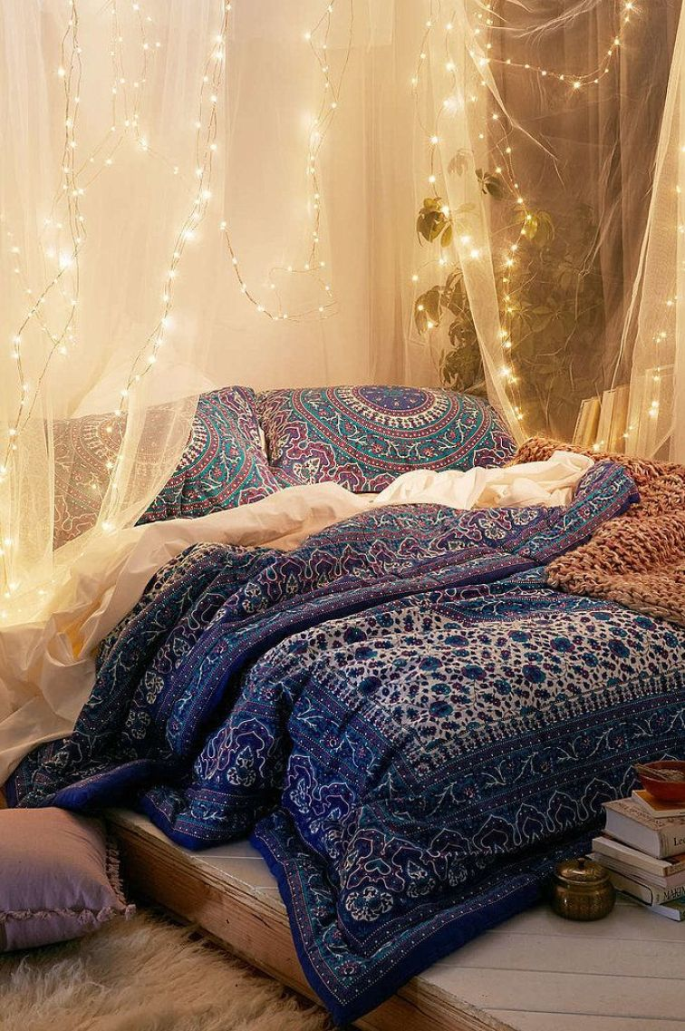15-ideas-to-hang-christmas-lights-in-a-bedroom-7