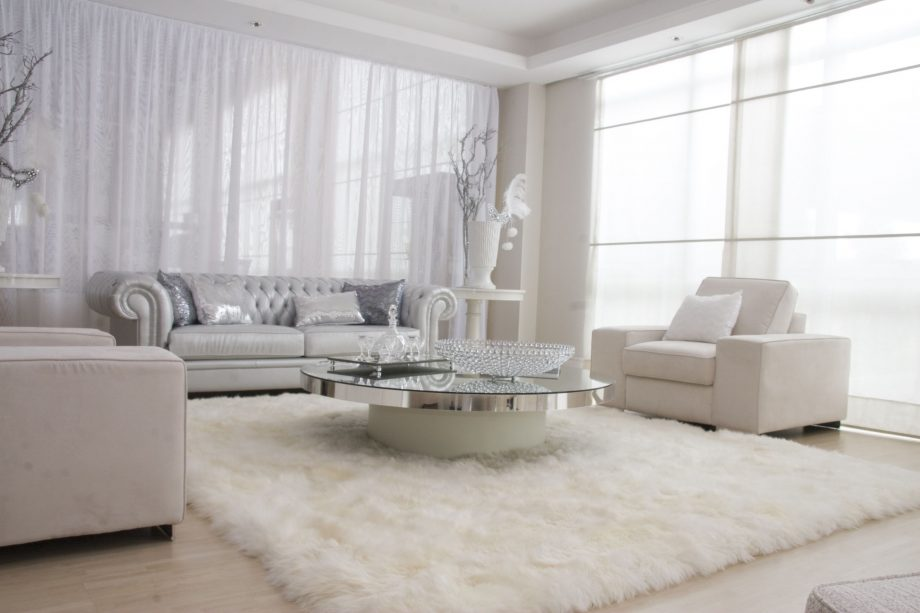 Elegant-white-fur-rug-for-luxury-living-room-interior-decorating_living-room-layout-and-decor
