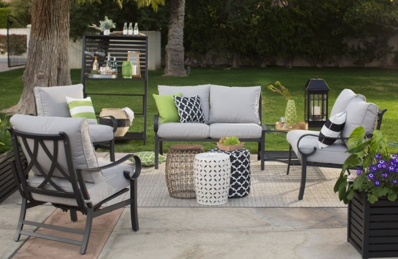 Outdoor-modern-decor-garden-stools-pillows_paca026