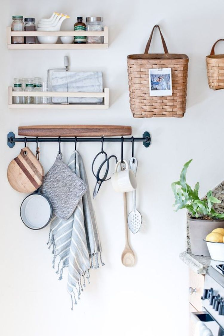 13-baskets-and-a-metal-holder-for-wall-storage