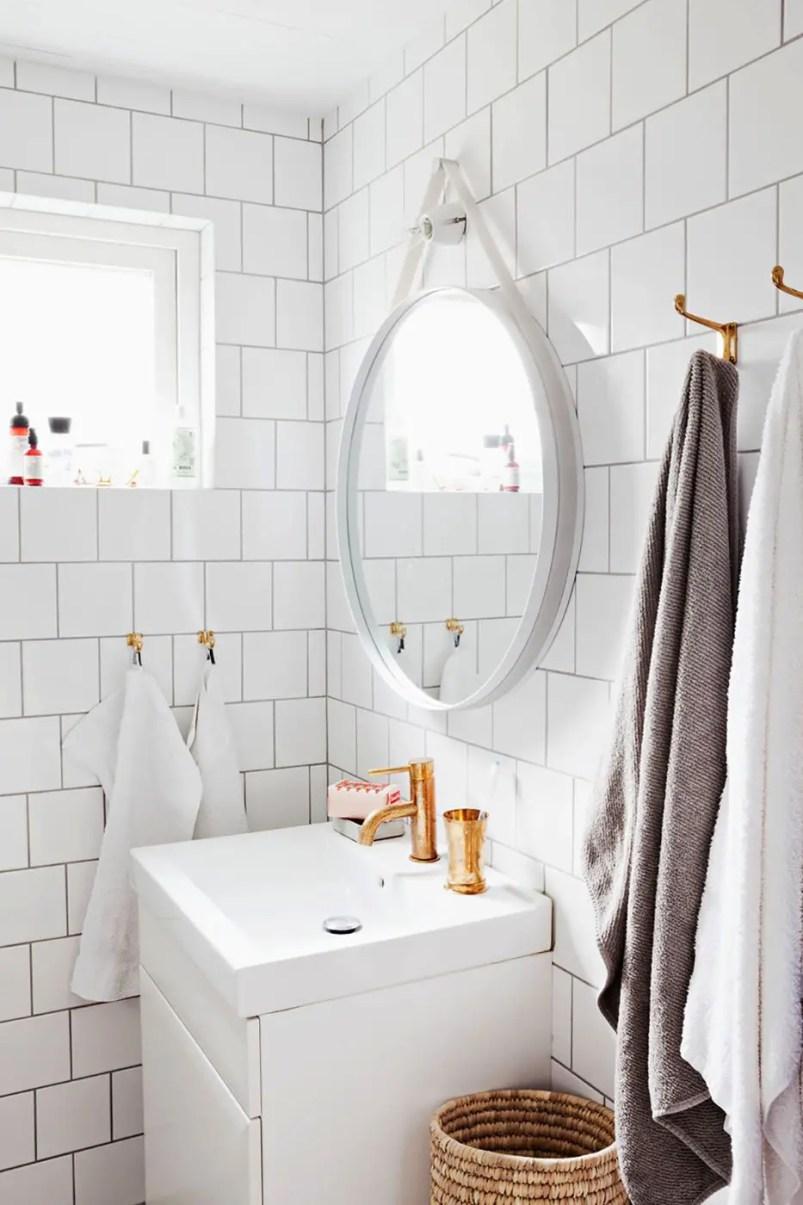 Small-bathroom-storage-ideas-hooks-1580423251