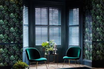 2a9a171b-e437-4eef-a38c-13b04785cd39-hil-shutters-livingroom_fb-inchyablue_window_ideas