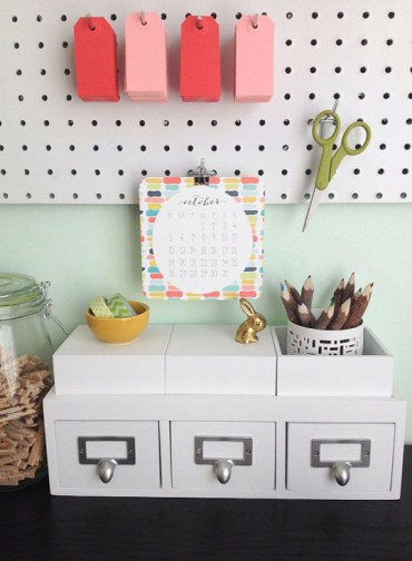 Organized-cubicle-decor-with-pegboards