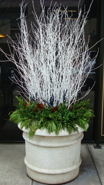 07-outdoor-holiday-planter-ideas-homebnc