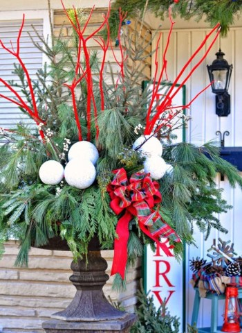 Diy-winter-outdoor-planters-christmas-decorations-porch-pots-ideas-patio-decor-lighted-colorful-urn-farmhouse-garden-apieceofrainbow-13-680x1024-1