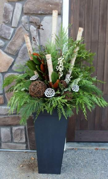 Diy-winter-outdoor-planters-christmas-decorations-porch-pots-ideas-patio-decor-lighted-colorful-urn-farmhouse-garden-apieceofrainbow-8-618x1024-1