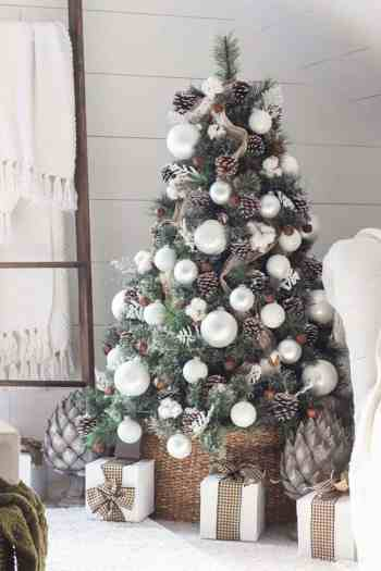 White-christmas-tree-decorating-ideas-01-1-kindesign