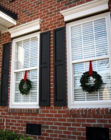 1-exterior-christmas-tree-branches-wreath