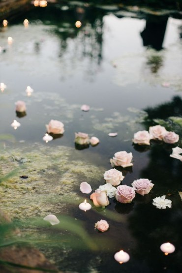 12-floating-flowers-and-candles-in-the-pond-for-an-egnlish-garden-wedding