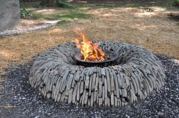 Blue-stoen-backyard-fire-pit-ideas