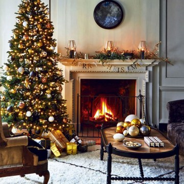Classic-christmas-living-room-with-tree-and-garland-920x920