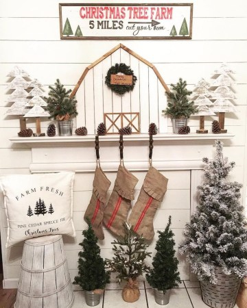 Farmhouse-christmas-mantel-decor-via-@mycarolinafarmhouse