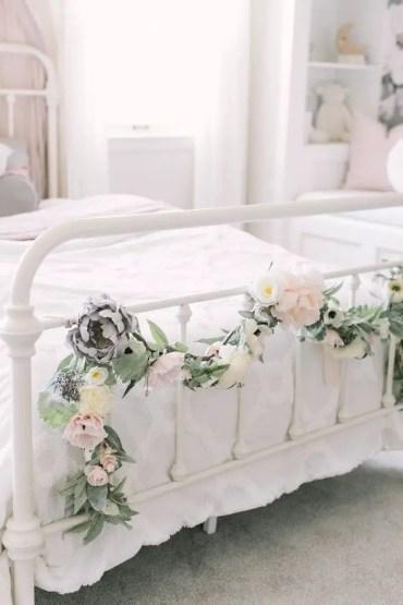 01-best-bedroom-flower-garland-ideas-designs-homebnc